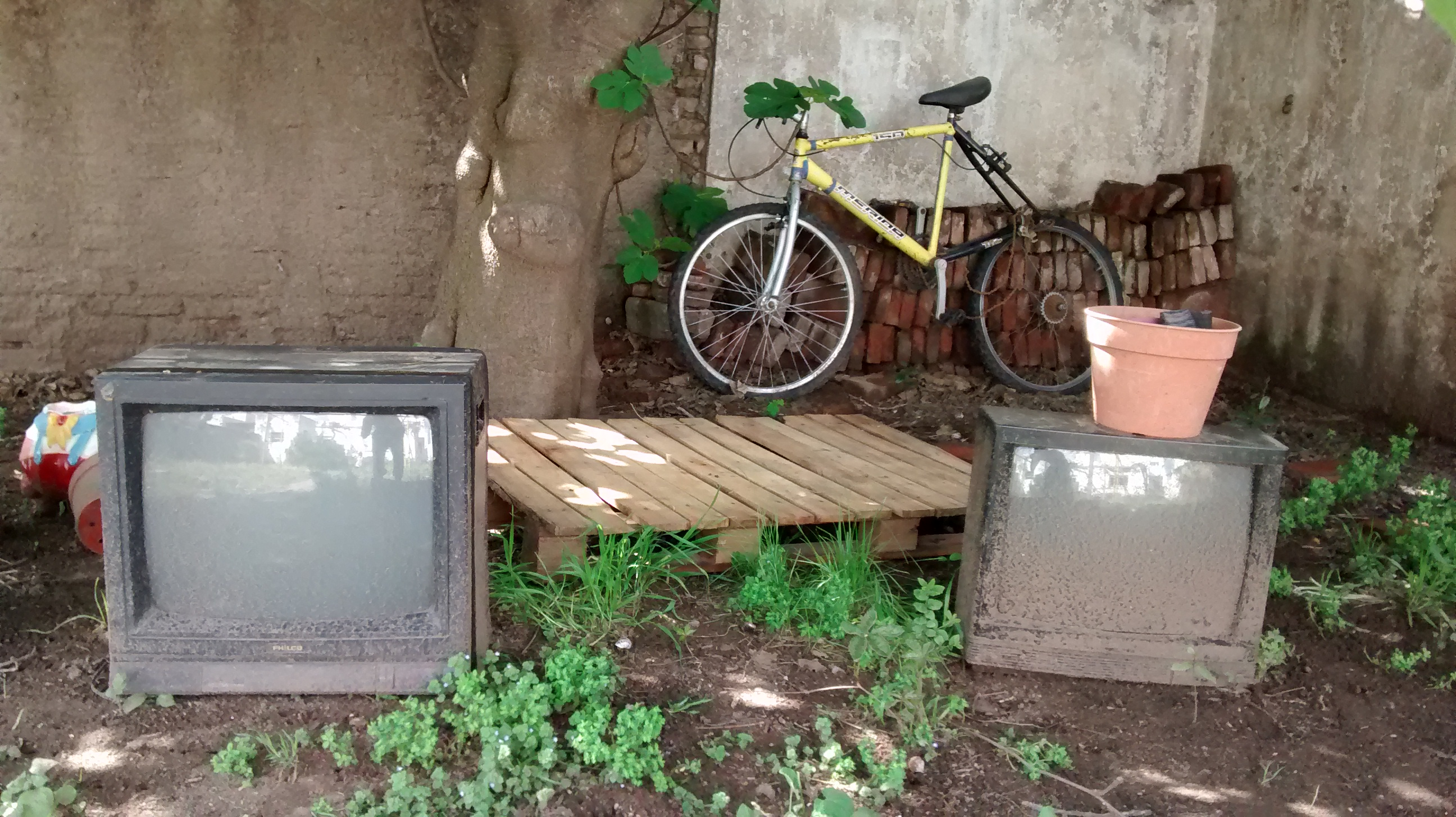 BA 228 - Bike and tvs